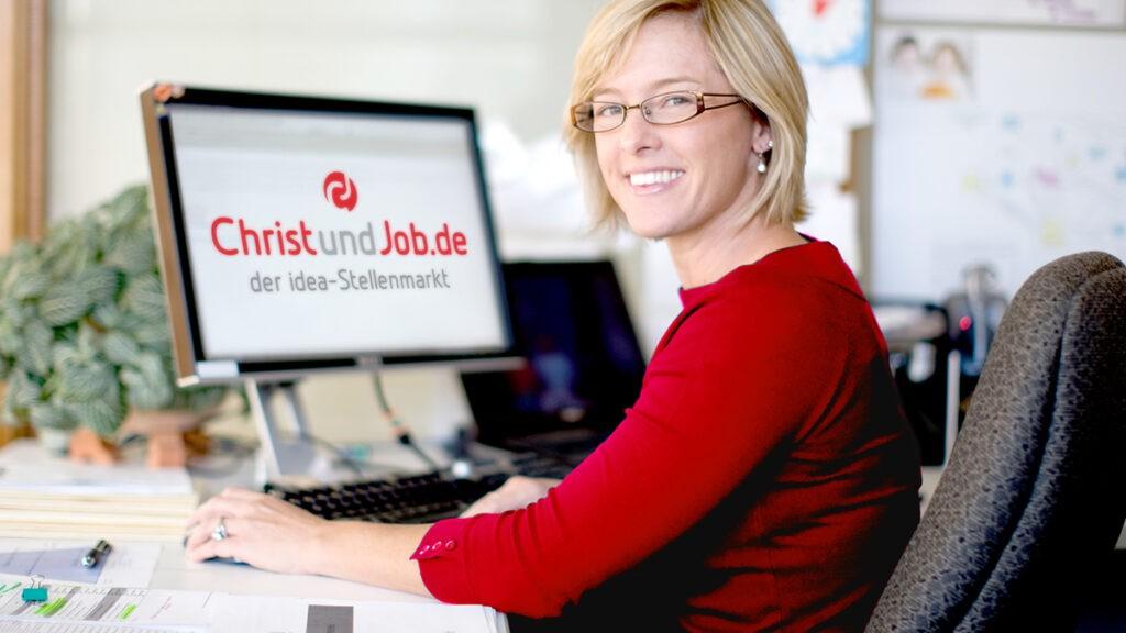 CuJ Dame am Rechner 1024x576 - Der richtige Partner & der richtige Job